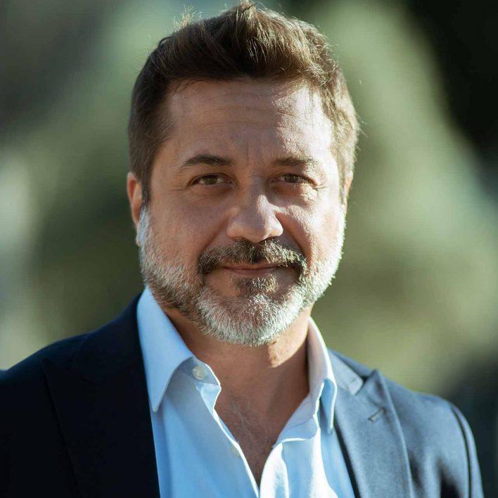 Enrique Arce como Arturo Román