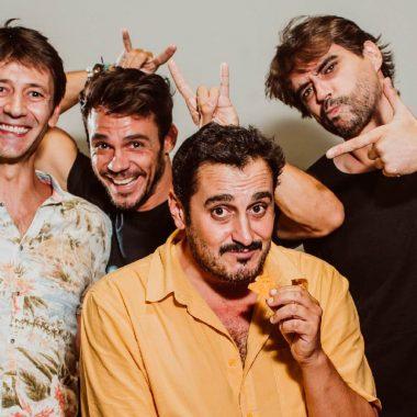 Posado de los actores Fran Nortes, Bart Santana, junto al director de teatro, Gabriel Olivares