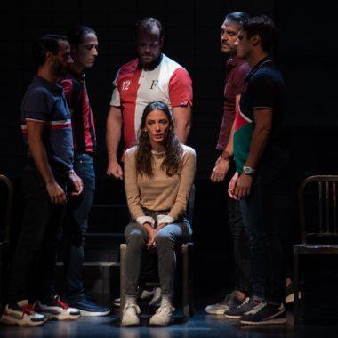 María Hervás rodeada por los actores que interpretan a los integrantes de La Manada