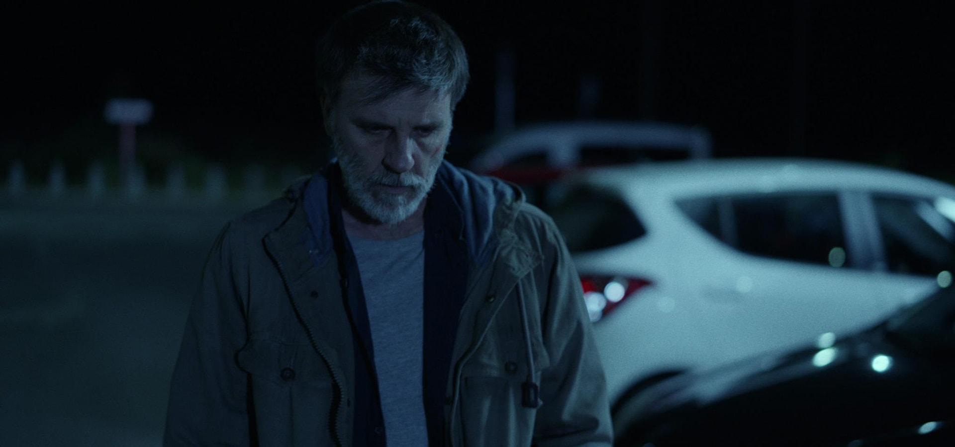 Secuencia del actor Armando del Río andando por la calle preocupado