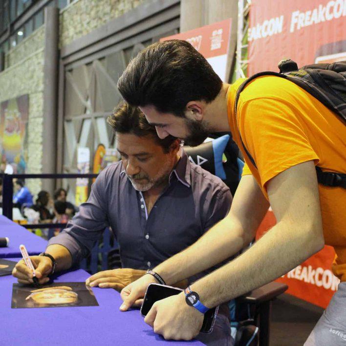 Enrique Arce en zona autógrafos del FreakCon