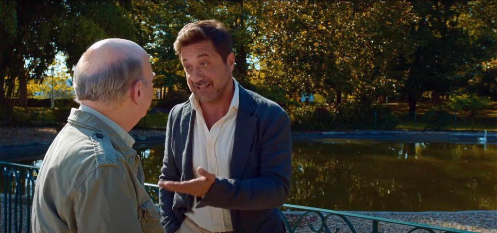 Wallace Shawn y Enrique Arce delante de un estanque