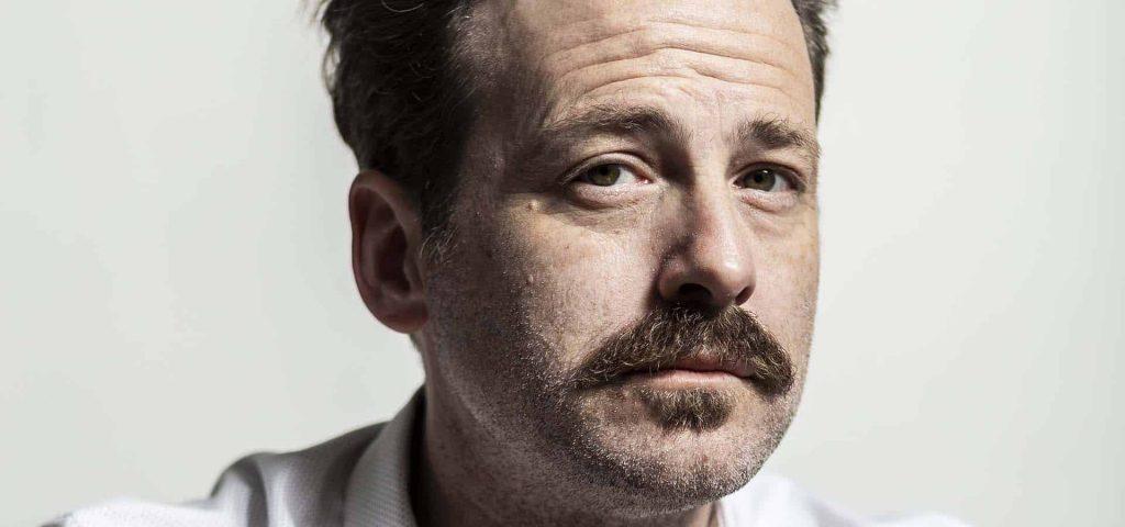 Retrato del actor Mark Schardan con bigote