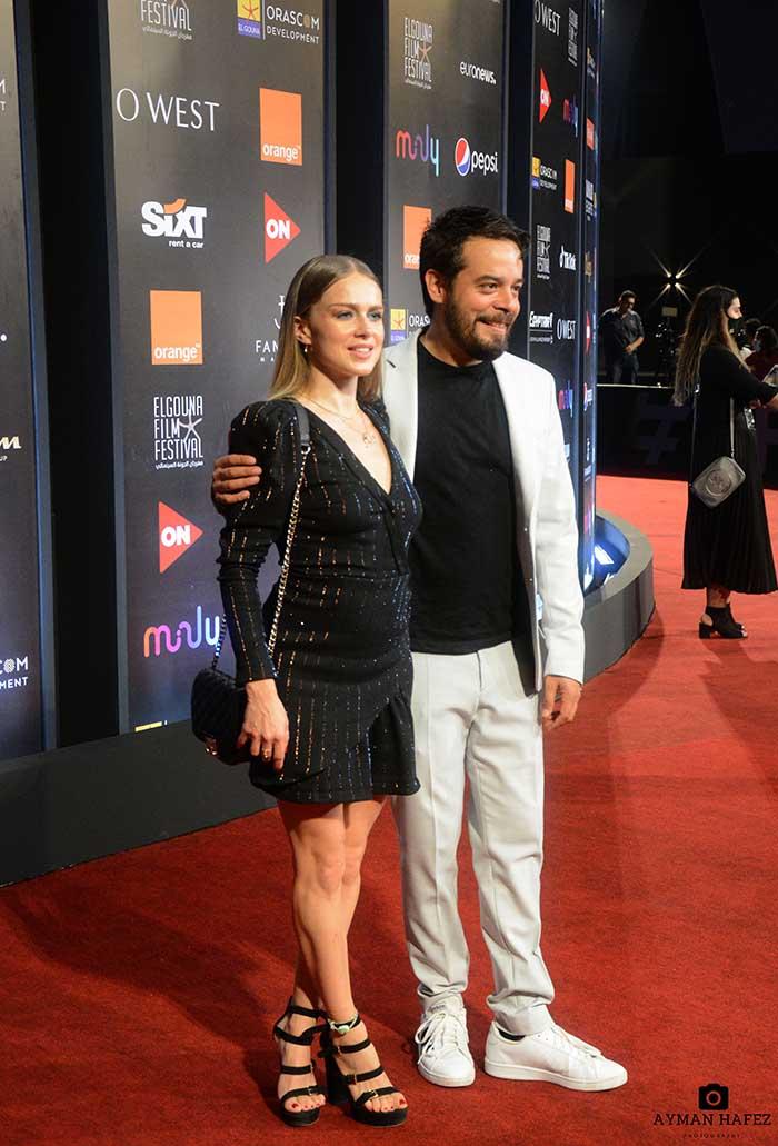 Carla Nieto y Leonardo Ortizgris en alfombra roja