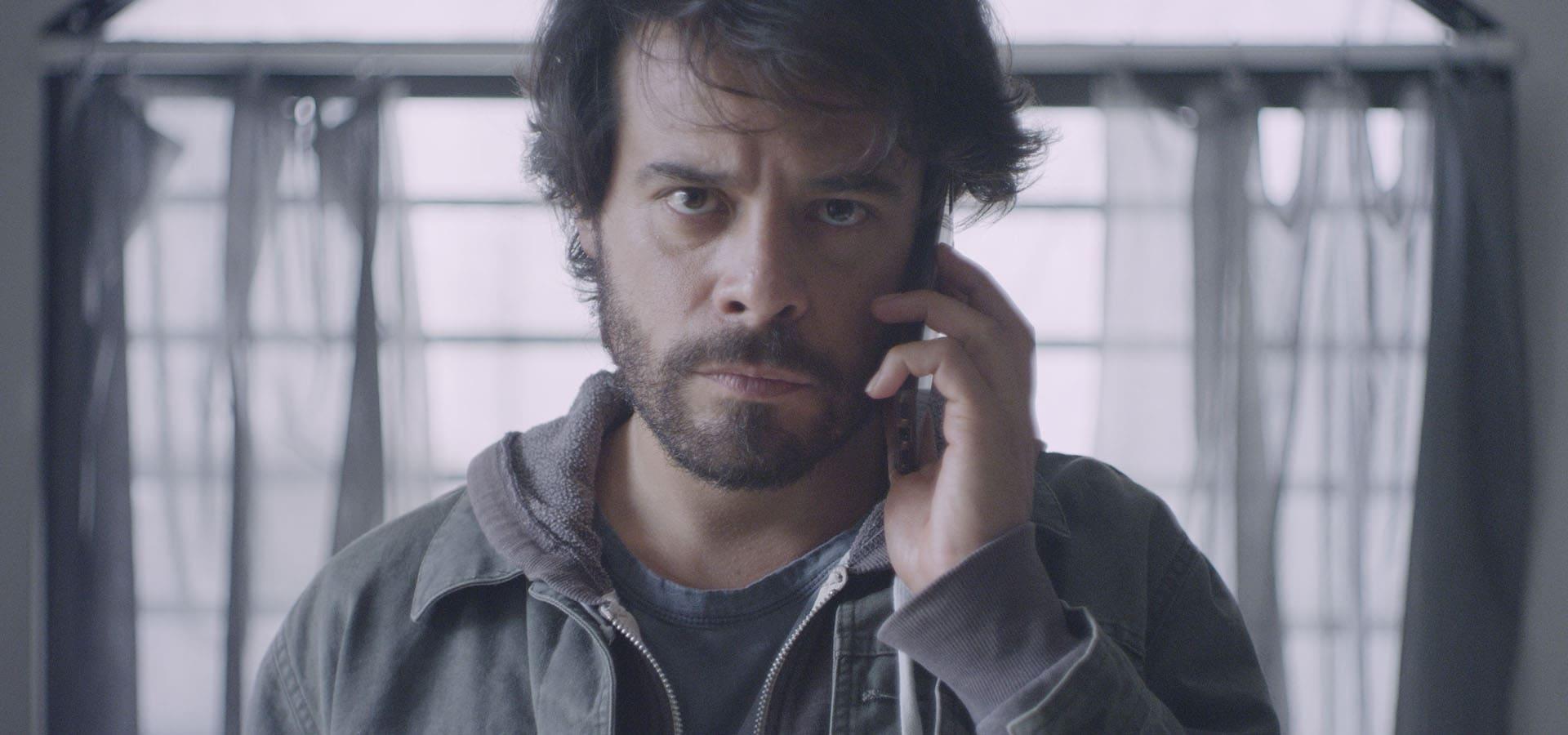 Leonardo Ortizgris sosteniendo un móvil