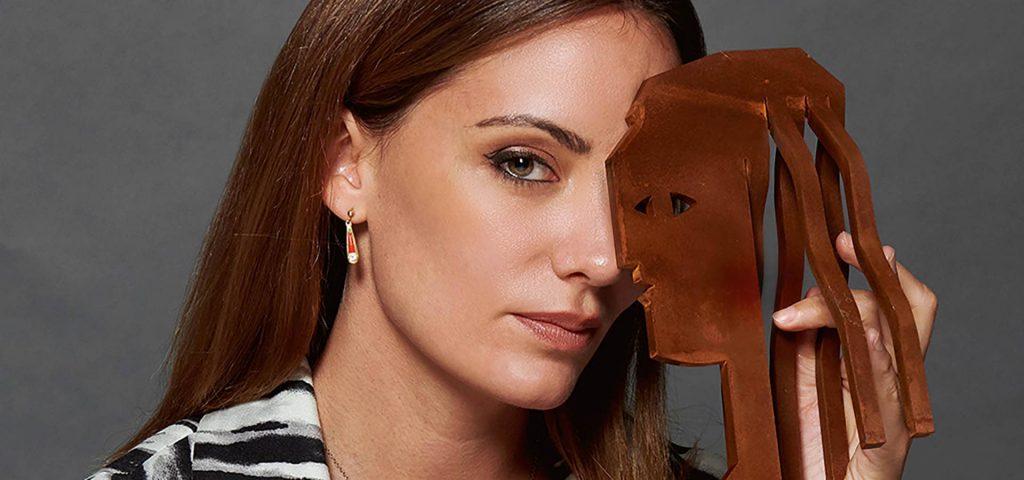 Maria Hervas sosteniendo el premio Fotogramas