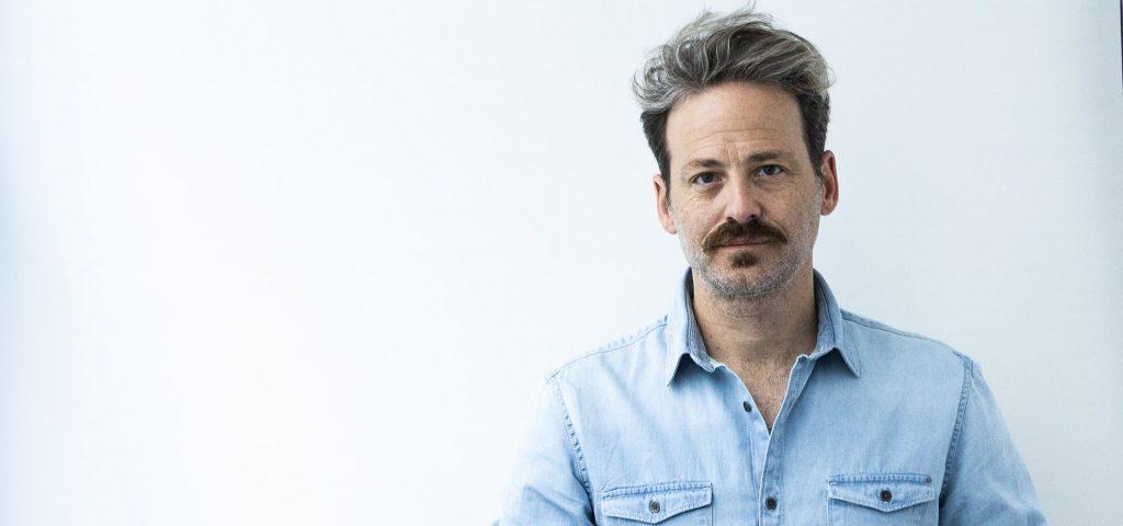posado del actor Mark Schardan