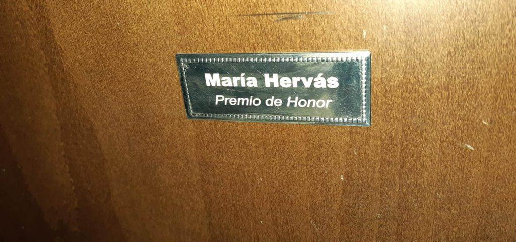 placa de maria hervas en una butaca del teatro de palencia